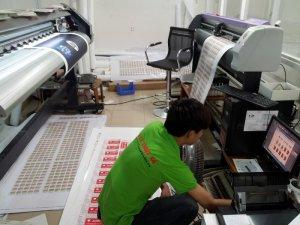 Các máy in mực nước, máy in mực dầu Mimaki, máy bế Mimaki tại In Kỹ Thuật Số thực hiện in nhanh các sản phẩm poster, tem nhãn, menu, tem vỡ, tem bảo hành sản phẩm, tem niêm phong,...
