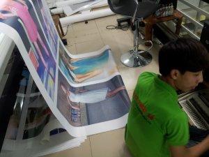 Máy in mực nước khổ 1.8m đang thực hiện in backlit film trang trí showroom thời trang | Dù in backlit film với kích thước lớn hay nhỏ, in số lượng lớn hay chỉ in một tấm backlit film, In Kỹ Thuật Số đều thực hiện cho bạn.