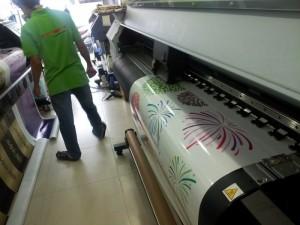 Máy in mực dầu khổ lớn đang thực hiện đơn hàng in decal mực dầu khổ lớn cho khách hàng tại Trung tâm in ấn của In Kỹ Thuật Số tại 365 Lê Quang Định, P.5, Q.Bình Thạnh, Tp.HCM