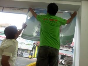 Tại trung tâm In Kỹ Thuật Số, chính chúng tôi cũng sử dụng decal lưới để dán tại phía trên tường kính phía trước để hạn chế nắng nóng cho văn phòng của mình.