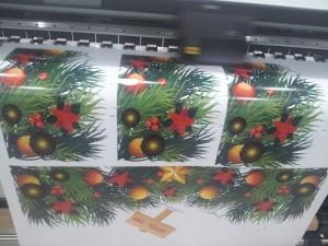In decal trong dán kính trang trí dịp lễ Giáng Sinh - In decal trong mực dầu khổ lớn tại In Kỹ Thuật Số