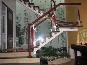 Lan can cầu thang kính, trụ inox 304 ốp gỗ