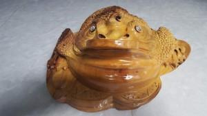 Thiềm Thừ Phong Thủy bằng gỗ xá xị thơm. 10x20