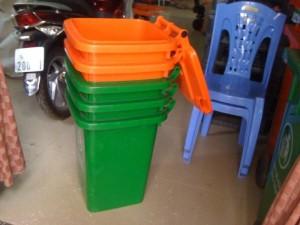 thùng rác xanh cam
