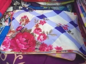 Bao gối màu viền xanh họa tiết hoa hồng