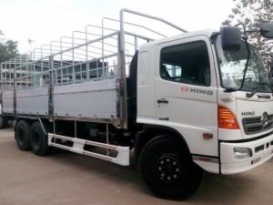 – Xe tải Hino 16 Tấn có Cabin được  thiết kế kiểu dáng khí động học hiện đại làm giảm sức cản gió