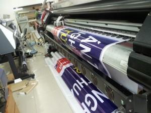Nhiều máy in khổ lớn 3.2m tại In Kỹ Thuật Số giúp việc đặt in băng rôn hiflex của bạn được in trong thời gian nhanh nhất, dù đặt in số lượng lớn băng rôn cho sự kiện hay chỉ 1 tấm băng rôn cho quán, shop, cửa hàng