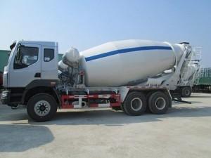 Xe trộn bê tông ChengLong 12m3 là model xe chuyên dùng trộn bê tông và vận chuyển bê tông phục vụ cho các dự án xây dựng, công trình, công trường xây dựng, có dung tích thùng trộn lên tới 12m3, đảm bảo khả năng trộn và vận chuyển được một khối lượng cực lớn bê tông trộn sẵn, giúp tiết kiệm thời gian, chi phí cao gấp nhiều lần so với các dòng xe trộn bê tông cùng phân khúc khác.  Xe trộn bê tông ChengLong 12m3 có thể vận chuyển bê tông đến mọi cung đường khó khăn, khắc nghiệt có thể làm chùn bước nhiều mẫu xe trộn bê tông khác nhờ có hệ thống trợ lực lái bằng thủy lực và mô tơ thủy lực của hãng EATON- Mỹ giúp nâng cao năng lực vận hành trên những mặt đường xấu.  Xe trộn bê tông ChengLong 12m3 có cabin kiểu cabin M5, nóc cao 1 giường nằm rộng rãi, trang bị vô lăng gật gù, có radio, đồng hồ hiển thị được thiết kế đơn giản dễ đọc, điều hòa công suất sâu,… đem lại sự thoải mái, dễ chịu cho tài xế