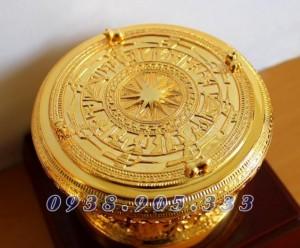 +Phần mặt trống: có các hoa văn tinh xảo mô phỏng theo Trống đồng của người Việt cổ (hình mặt trời ở chính giữa mặt trống, chim Lạc, các biểu tượng và các hoa văn khác thể hiện sinh động đời sống và quan niệm của người Việt cổ).Bốn con cóc cổ được bố trí xung quanh mặt trống.