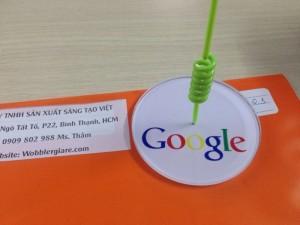 Mẫu wobbler để bàn hãng google Việt Nam sang trọng, bởi chân đế mica, in chìm nổi bật logo.