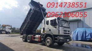 Xe ben 3 chân ChengLong là sản phẩm xe tải ben mới nhất của tập đoàn xe tải ChengLong Hải Âu, là phương tiện quan trọng trong việc san lấp mặt bằng hoặc vận chuyển nguyên vật liệu xây dựng (đất đá, sỏi, cát, gạch…) trên các cung đường khó đi.  Ngay từ khi ra mắt thị trường Việt đã đáp ứng được đầy đủ yêu cầu của quý khách hàng cũng như phù hợp với những quy định về tải trọng và kích thước thùng hàng mới (tổng tải trọng cho phép tham gia giao thông là 24 tấn,  giúp Quý khách có thể an tâm vận chuyển hàng hóa đi khắp mọi nẻo đường đất nước.  Xe ben 3 chân ChengLong sử dụng động cơ YUCHAI 340HP của Cộng hòa Liên Bang Đức, tiêu chuẩn khí thải Euro III, hộp số FULLER – MỸ 2 tầng nhanh chậm 9 số tiến 1 số lùi có hệ thống trợ lực và đồng tốc nên rất mạnh mẽ, bền bỉ, vượt qua mọi địa hình gồ ghề, khắc nghiệt. Mọi chi tiết xin liên hệ: 0914738551; 0962306055 (Mr Mạnh)