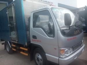 Như các bạn đã biết để chạy được trong thành phố thì tổng tải trọng ( tải trọng cho phép chở + tự trọng bản thân xe) dưới 5 tấn. Hiện nay chỉ có 3 hãng xe đã tối đa được tải trọng cho phép chở vào thành phố là: Veam 2t4 máy Huyndai nhập khẩu, Thaco 2t4 máy Kia, Jac 2t4 máy Isuzu.