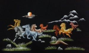 Có người cũng cho rằng ngựa thì phải chạy ra đường nên hướng ngựa chạy ra cửa, nhưng chúng tôi có thể khẳng định rằng ngựa mang tài lộc về, về báo tin tốt lành may mắn thì nên đón vào nhà vào phòng không nên đi ra.