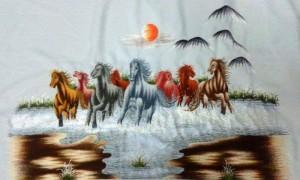 """Trong dòng TRANH THÊU MÃ ĐÁO THÀNH CÔNG thì tranh thêu BÁT MÃ THÀNH CÔNG thêu 8 con ngựa đang phi nước đại (bát mã cuồng phong) là được ưa thích nhất. Vì người ta hàm nghĩa rằng con số 8 được đọc là """"Bát"""", đồng âm với Phát trong chữ phát đạt. Mã đáo thành công ngụ ý về sự thăng quan tiến chức."""
