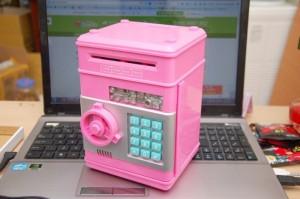 – Két mini thông minh là một sản phẩm tiết kiệm tiền khá đẹp mắt, gọn gàng và an toàn. – Thiết kế nhỏ gọn, màu sắc hài hòa. – Bên trong có một ngăn nhỏ.