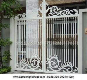 Những hoa văn được cắt bằng CNC cùng với những thanh la uốn nhẹ tạo thành một cổng sắt hoàn thiện và cân đối.