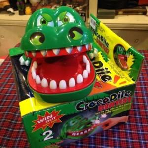 - Dùng ngón tay ấn răng của cá sấu xuống, nếu trúng răng đau cá sấu sẽ kẹp tay bạn. Muốn chơi lại, bạn nâng hàm trên của cá sấu lên và vị trí răng đau sẽ thay đổi để bạn bắt đầu chơi lại.