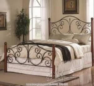 Những thanh sắt phi được uốn rèn đối lập nhau thành hình bướm tạo nét xinh xắn dễ thương cho chiếc giường của bạn.