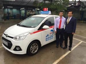 Giám đốc Trung tâm vận tải Taxi Nguyễn Quang Sơn giao xe cho lái xe đi kinh doanh