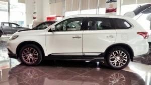 Mitsubishi Outlander Sport 2016 là phiên bản nâng cấp ngoại hình đầu tiên kể từ khi chiếc Outlander Sport ra mắt vào năm 2011. Phiên bản mới này có kích thước tổng thể chiều dài x chiều rộng x chiều cao tương ứng là 4.356 x 1.811 x 1.631 mm và chiều dài trục cơ sở là 2.578 mm. Xe có thêm 3 lựa chọn màu sắc bao gồm màu bạc (Cool Silver), trắng ngọc (Diamone White Pearl) và nâu (Quartz Brown).