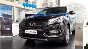 Hyundai SantaFe 2017 có ngoại hình khá bệ vệ và nổi bật. Phía trước xe nổi bật với đèn pha xenon dạng projector, mặt ga lăng mạ crom sang trọng. Gương chiếu hậu chỉnh điện tích hợp xi nhan cùng đèn hậu dạng LED mang lại tổng thể về một chiếc xe mạnh mẽ và ấn tượng, tạo một sức hút khá lớn cho khách hàng. Ưu thế nổi bật của SantaFe 2015 lắp ráp trong nước chính là khả năng cung cấp nhiều các tuỳ chọn hơn cho khách hàng mà họ không thể tìm thấy ở các sản phẩm nhập khẩu. Sự khác biệt… Về ngoại hình của Hyundai Santafe 2017 CKD, giữa hai phiên bản nhập khẩu và lắp ráp trong nước khó để nhận ra sự khác biệt nếu chỉ nhìn thoáng qua. Nếu khó có thể phân biệt SantaFe nhập khẩu và hàng lắp ráp trong nước thì khi bước vào bên trong xe, người dùng có thể sẽ cảm nhận rõ nét Về tổng thể, chất lượng chế tạo là như nhau do bản lắp ráp trên linh kiện là CKD 3 cục với nhiều vật liệu nhựa mềm chất lượng cao, ghế ngồi bọc da rất dễ chịu khi chạm tay vào, các nút bấm trên vô lăng đủ lớn và bố trí hợp lý giúp người điều khiển được dễ dàng và thoải mái.