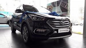 Về động cơ, Hyundai Santafe 2017 CKD với dung tích 2.4L có công suất 176 ps/6000 23,1 kg.m/3750 Động cơ 2.2l có công suất 202 ps/3800 44.5kg.m / 1800-2000 đi kèm hộp số tự động 6 cấp. Khả năng Vận hành chiếc Hyundai Santafe 2017 CKD trong đô thị và những đường thẳng quốc lộ, công suất đến từ động cơ dung tích 2.2 cho thấy nó đủ mạnh và giúp xe tăng tốc nhanh nhờ khả năng đạt công suất và mô-men xoắn lớn ngay ở vòng tua thấp. Chiếc xe vận hành khá ổn định ở những góc cua, Khoảng sáng gầm xe và bánh xe kích thước lớn giúp cho xe di chuyển linh hoạt hơn với những điều kiện đường khác nhau . Xe được trang bị 3 chế độ Normal, Comfort và Sport là một trong những nỗ lực của Hyundai Thành Công trong việc cung cấp khả năng điều khiển tốt hơn cho người sử dụng.