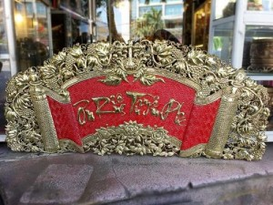 Hoành phi câu đối đồng: Đức Lưu Quang Kích thước: 1m55 Chất liệu: Đồng vàng nguyên chất, sơn nền đỏ Sản phẩm được chế tác trên đồng tấm nhập ngoại nguyên chất, theo phương pháp thủ công mỹ nghệ chạm đồng truyền thống.