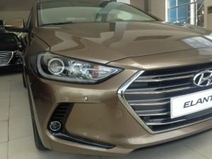 Hyundai Elantra 2.0AT màu vàng cát