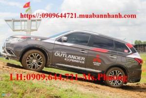 Outlander 2016 vừa ra mắt ở Việt Nam có 2 phiên bản 5 chỗ và một bản 7 chỗ. Đây là mẫu xe đầu tiên của Mitsubishi được áp dụng ngôn ngữ thiết kế Dynamic Shield. Kích thước dài, rộng, cao lần lượt là 4.695 x 1.810 x 1.680 mm, trục cơ sở 2.670 mm, khoảng sáng gầm xe 190 mm. (Nguồn Zing.vn)