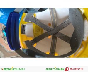 Mũ có quai đeo và núm vặn điều chỉnh theo kích cỡ đầu rất linh hoạt.  Trong mũ có lót lớp xốp để tăng thêm độ an toàn.