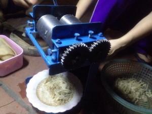 Máy thái bì lợn, máy cắt bì heo thành sợi bằng tay làm nem thính
