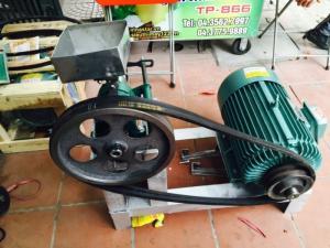 Máy nổ bỏng gạo VN-8KW 8.500.000 VND Hãng sản xuất: Việt Nam Model:  2015 Công suất (kg/h): 50-70 Tốc độ (vòng/phút): 700 - 800 Công suất động cơ: 8kw Điện năng: 380V - 50Hz Trọng lượng (kg): 87 Tính năng: Máy cho ra các loại sản phẩm nhanh và vệ sinh như : Kén tằm, gậy tôn ngộ không...