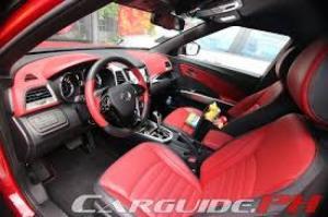Nội thất của Tivoli được thiết kế khá tinh tế với tông màu đen, bạc. Không gian sử dụng của mẫu SUV hạng B này khá rộng rãi.  Chính giữa cụm điều khiển trung tâm trang bị màn hình hiển thị màu, kích thước 7 inch. Hệ thống giải trí của xe tích hợp các kết nối Bluetooth, USB, AUX... Tivoli được trang bị hệ thống điều hòa tự động. Tuy nhiên, phiên bản bán tại Việt Nam không trang bị khởi động bằng nút bấm.  Vô lăng bọc da thiết kế khá bắt mắt và tích hợp nhiều nút bấm chức năng. Mẫu SUV này hỗ trợ đàm thoại rảnh tay khi kết nối với điện thoại di động.  Cụm đồng hồ hiển thị dạng analog được tách biệt bởi một màn hình điện tử nhỏ. Màu sắc hiện thị sẽ thay đổi tùy theo chế độ lái. Tivoli được cài đặt sẵn 3 chế độ lái Sport, Comfort và Eco.  Xe sử dụng hộp số tự động. SsangYong trang bị cho mẫu xe này 7 túi khí.  Ghế ngồi của Tivoli bọc nỉ. Hàng ghế phía trước chỉnh cơ.  Cung cấp sức mạnh cho xe là khối động cơ xăng, 4 xi-lanh, dung tích 1.597 cc, công suất 128 mã lực tại 6.000 vòng/phút và mô-men xoắn cực đại 160 Nm tại 4.600 vòng/phút. Mức tiêu hao nhiên liệu trung bình theo công bố nhà sản xuất khoảng 7,2 lít/100 km. Cốp chứa đồ phía sau có dung tích hơn 400 lít và có thể tăng thêm khi gập phẳng hàng ghế thứ 2.  Gương chiếu hậu điều chỉnh điện và tích hợp đèn báo rẽ.