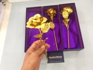 Cánh hoa hồng là hoa thật, phơi khô sau đó nhúng dung dịch vàng, và phun nhựa puc để giữ độ bóng