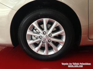Khuyến Mãi Toyota Camry 2.0E 2017 Màu Nâu Vàng  Mua Trả Góp chỉ cần 250Tr. Xe Giao Ngay