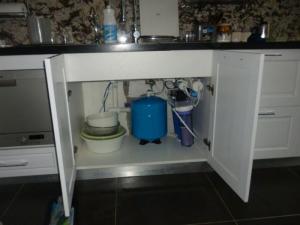 Máy lọc nước tinh khiết thiết kế tiện dụng, có thể lắp ngay dưới khoan bếp của gia đình để tiết kiệm không gian.