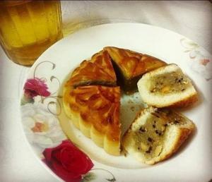 bánh nướng nhân thập cẩm:  gạo nếp, mứt bí, đậu phộng ( lạc) vừng đen