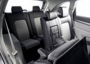 nội thất bên trong được bọc ghế da cao cấp . số chỗ ngồi 7 chỗ