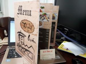 In menu quán ăn tại Sài Gòn | Thiết kế biểu tượng chợ Bến Thành, màu phong cách xưa | Loại hình in: in menu PP cán format, loại menu gấp 3, loại 12 mặt in phun