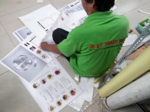 Nhân viên gia công của In Thực Đơn thực hiện đóng quyển/cuốn menu, thực đơn | In Thực Đơn trực tiếp thực hiện in ấn và gia công menu, thực đơn quán, không thuê ngoài dịch vụ, cam kết giá in cạnh tranh nhất trên thị trường