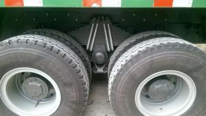 Thùng xe ben Howo 3 chân dài 5m rộng 2,3m và cao 0,8m với tải trọng 13 tấn, thể tích thùng là 11 khối (có thể chở được trên 30 tấn), nhíp xe là 5, 10,12 nhíp, dạng bán elip tùy chọn. Cỡ lốp 12.00R20 (bố thép tam giác) giúp xe chịu tải tốt trên những cung đường khó.