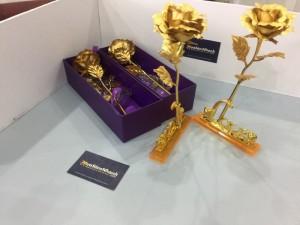 Mỗi bông hoa hồng vàng 24k đều được tạo ra dưới đôi bàn tay lành nghề và tỉ mỉ của các nghệ nhân, với nhiều công đoạn khác nhau