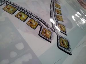 In UV backlit film | in UV backlit film cho hiệu ứng hình ảnh nổi 3D, sản phẩm được in sắc nét, hiệu ứng 3D đẹp mắt, kết hợp với đèn chiếu phía sau cho sản phẩm hộp đèn cao cấp | Chuyên dụng cho trang trí tại các showroom đồ cao cấp: trang sức, xe hơi, ôtô, mỹ phẩm, hàng xa xỉ phẩm, showroom thời trang cao cấp,... được sử dụng trang trí nhiều tại các trung tâm thương mai, sảnh khách sạn, tòa nhà cao tầng