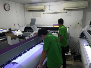 Máy in UV nhập khẩu tại In UV - In Kỹ Thuật Số | Máy UV với đặc trưng đèn UV xanh tím khi vận hành | Trong quá trình máy in UV chạy đơn hàng in của khách, luôn có nhân viên kỹ thuật in giám sát, đảm bảo thành phẩm in UV đúng màu, không lệch, dãn hình,...