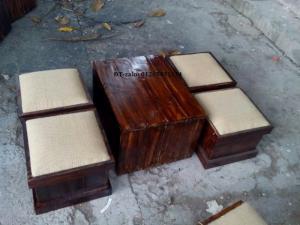 Bàn ghế cafe dạng hộp đôn bọc nệm gỗ thông.