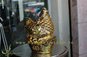 Tượng gà đồng phong thủy đẻ trứng vàng mạ vàng