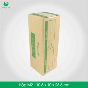 HỘP CARTON ĐÓNG GÓI GIAO HÀNG COD Sản phẩm: M2 - Size 28.5x10.5x10 cm- Hộp Carton đóng gói gửi hàng thu hộ COD Công dụng: Đóng gói Hộp đựng dù, rượu, dầu gội, chai,các vận phẩm dạng trụ dài,… Phù hợp đóng gói các sản phẩm dạng cao hoặc có khả năng cuộn tròn như: - Giày dép nữ (1 đôi) - Mỹ phẩm: các mỹ phẩm dạng chai như kem, dầu, sữa rửa mặt, nước hoa… - Quần áo: áo thun, đầm, váy (cuộn tròn) - Phụ kiện: dây nịt, kiếng, gậy tự sướng… - Chai lọ nước… - Đèn pin - Bình giữ nhiệt - Bình uống nước Đặc điểm: In thông tin đơn hàng giao nhận gồm Thông tin người gửi, Thông tin người nhận, Mã vận đơn, số tiền thu hộ,…  TIÊU CHUẨN SẢN PHẨM: - Carton 3 lớp sóng B, chịu lực tốt. - Được in sẵn bản điền Thông tin Người gửi – Người nhận và tiền thu hộ COD. - Kích thước được fix sẵn theo nấc vận chuyển giao nhận 250gr, 500gr, 1000gr #ems #viettelpost #shipchung #kerryexpress  #giaohangnhanh #goldship -Hộp Carton được thiết kế tối ưu kích thước khi vận chuyển -Đảm bảo hàng hóa được bảo vệ an toàn -Đem lại trải nghiệm tốt nhất cho Khách hàng http://magix.vn/collections/carton-cod-hop-dong-goi-giao-hang/products/hop-carton-dong-goi-giao-hang-cod-hop-giay-m2