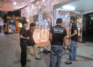 Đội thi công trang trí tiểu cảnh Noel của Vạn Đạt kiểm tra và hoàn thiện tiểu cảnh phía trước trung tâm thương mại NowZone