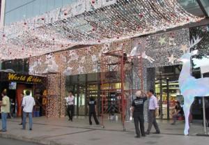 Tiểu cảnh trang trí Noel, Giáng Sinh phía trước mặt tiền trung tâm thương mại, mô hình kết hợp đèn led siêu sáng nhiều màu | Ánh Sao Trẻ lên ý tưởng thiết kế và thi công mô hình