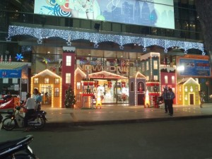 Trang trí Giáng Sinh mặt tiền trung tâm thương mại NowZone với mô hình trang trí từ mút xốp, mica tấm kết hợp đèn công suất cao, dải đèn Led siêu sáng nhiều màu